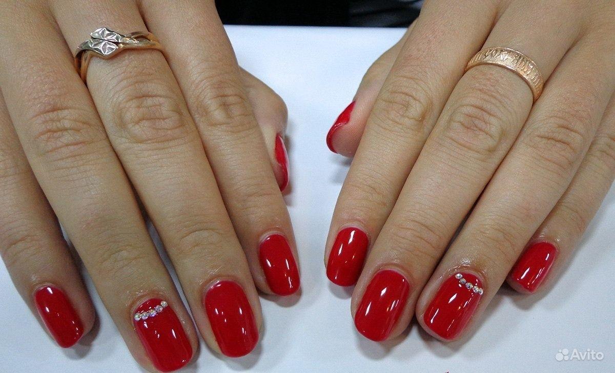 Маникюр с красным гель лаком на короткие ногти