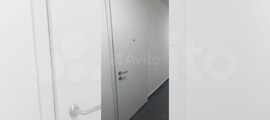 Входная белая дверь
